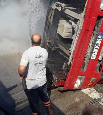 Devrilen tırı yanmaktan Akdeniz Belediyesi kurtardı