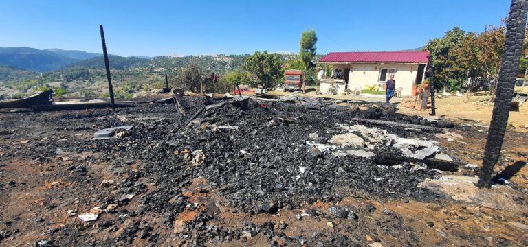 Çamlıyayla'da yangın bir evi kül etti
