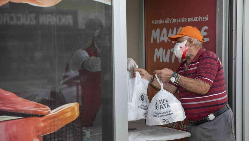 Mersin'de mahalle mutfaklarından 200 bin yemek ailelere ulaştı